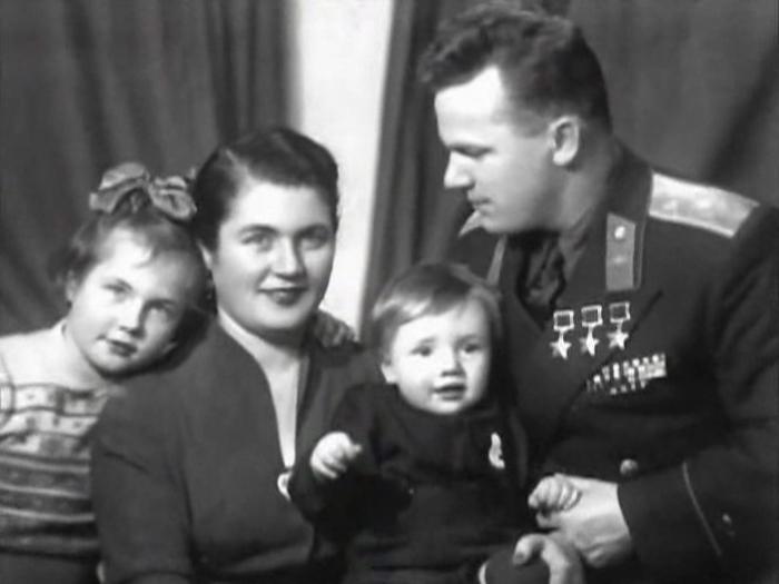 Иван Кожедуб с женой и детьми. / Фото: www.krasvozduh.ru