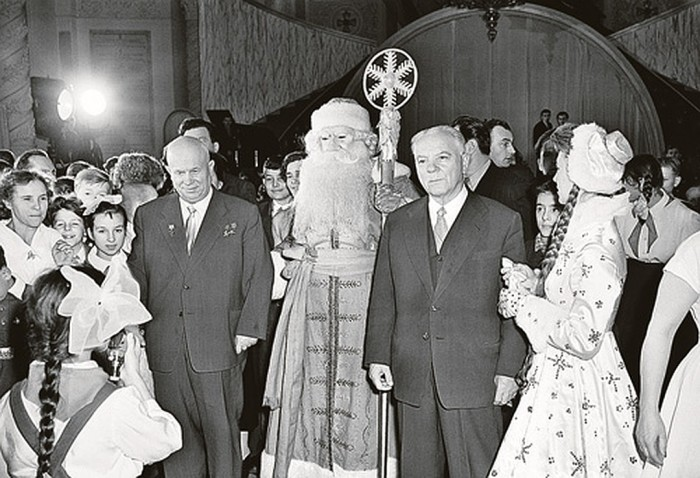 1959 год. На новогодней елке в Кремле Никита Хрущев и Климент Ворошилов. / Фото: www.kp.ru