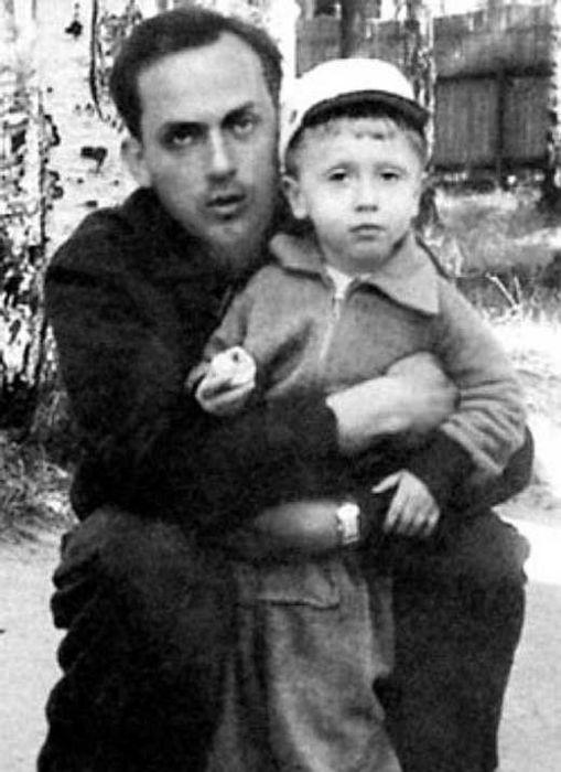 Муж Евгении Ханаевой Анатолий Успенский с сыном Владимиром. / Фото: www.stuki-druki.com