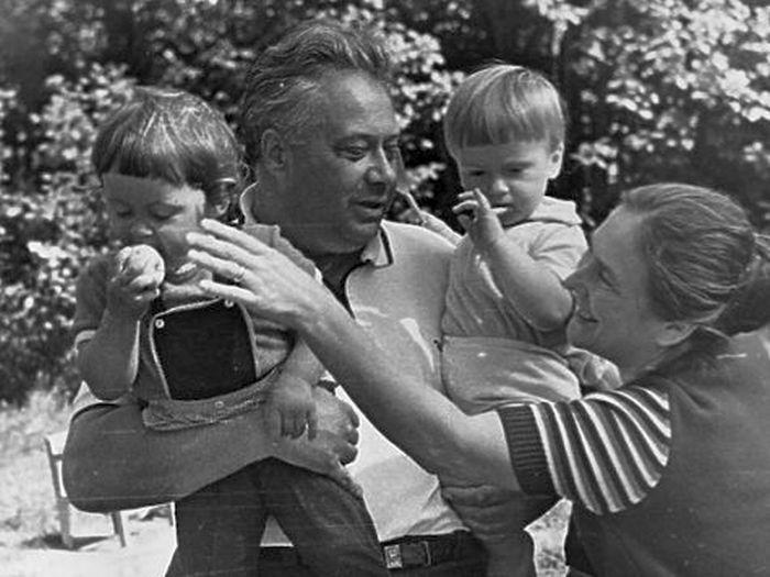 Николай Озеров с женой и детьми. / Фото: www.gulagu.net