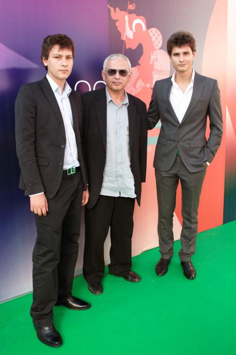 Карен Шахназаров с сыновьями. / Фото: www.kinokadr.ru