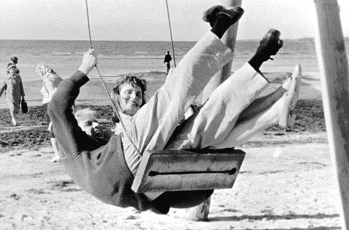 Инноккентий Смоктуновский на качелях со своей Соломкой. / Фото: www.iknigi.net