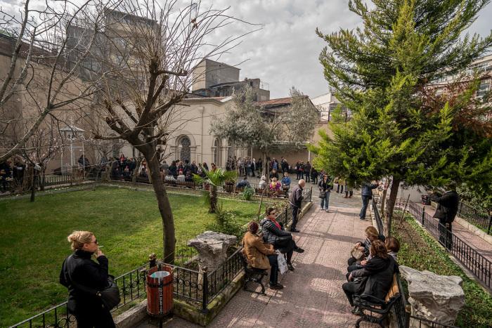 Во внутреннем дворике всегда можно встретить тех, кто раздаёт сладости. Это те счастливчики, чьи желания уже исполнились. / Фото: www.wiki.orthodoxographia.com
