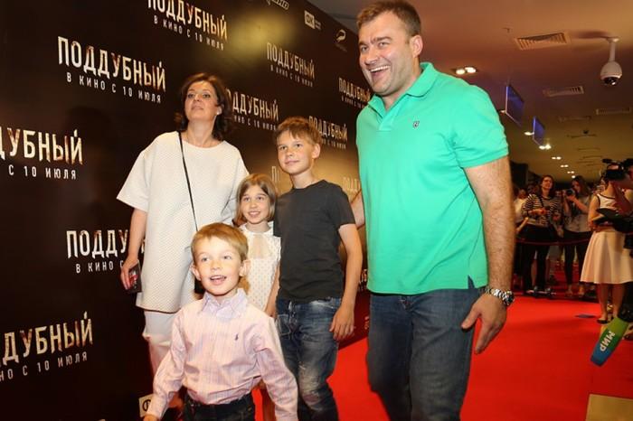 Михаил Пореченков с женой и младшими детьми. / Фото: www.kpcdn.net