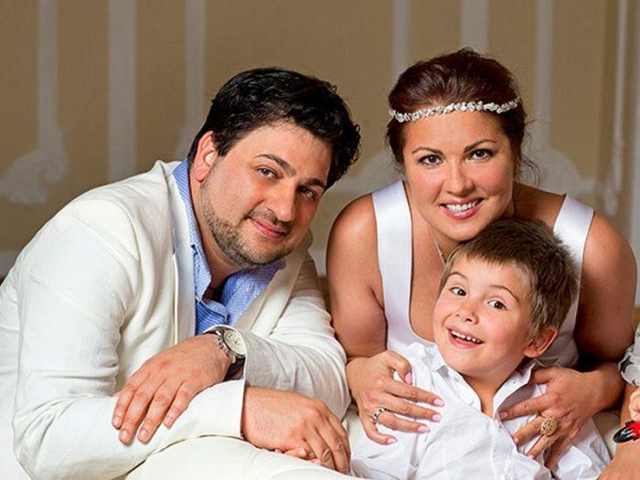Юсиф Эйвазов и Анна Нетребко с сыном Тьяго. / Фото: www.vokrug.tv