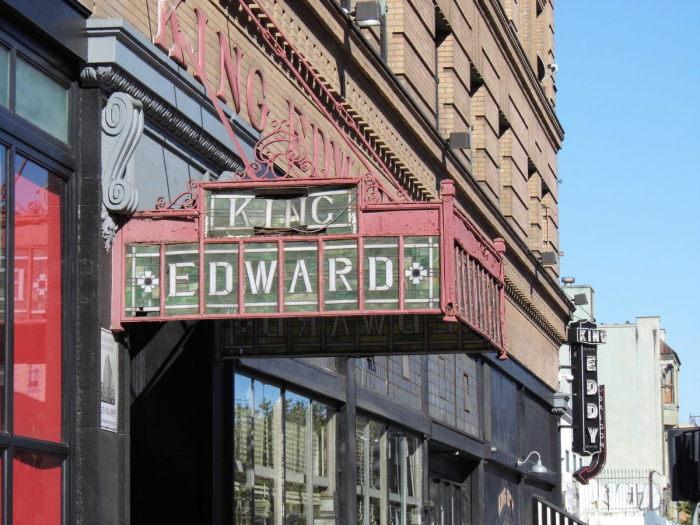 Спустившись в подвал под этим магазином, можно было прекрасно провести время во времена сухого закона. / Фото: www.atlasobscura.com