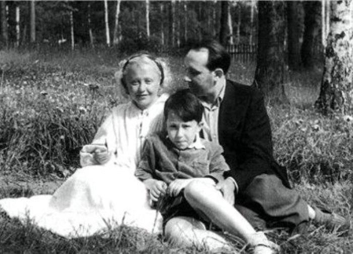 Янина с мужем Леоном и сыном. / Фото: www.alterhouz.com