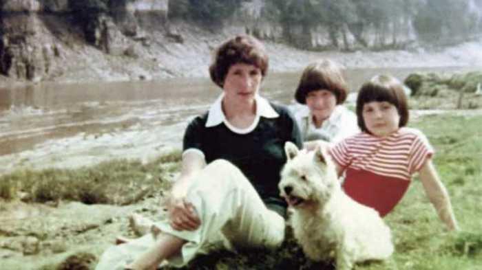 Маленькая Джоана с матерью Энн и сестрой Дианой. / Фото: www.theage.com.au