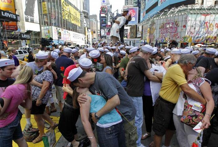 Исторический поцелуй 65 лет спустя. / Фото: www.terra-z.com