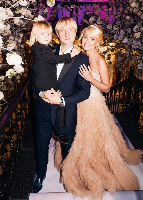 Яна Рудковская и Евгений Плющенко с сыном в день венчания. / Фото: www.hellomagazine.com