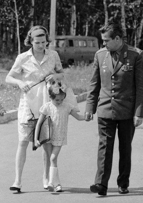 Валентина Терешкова с Андрияном Николаевым и дочерью Леной. / Фото: www.southafricatoday.net