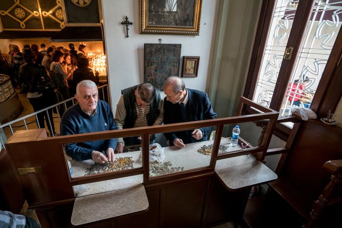 Ключи и свечи продаются справа и слева от входа в церковь. / Фото: www.wiki.orthodoxographia.com