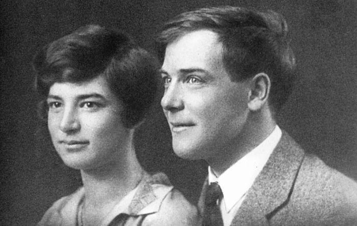 Анна Алексеевна и Петр Леонидович Капицы. Свадебная фотография, 1927. / Фото: www.polymus.ru