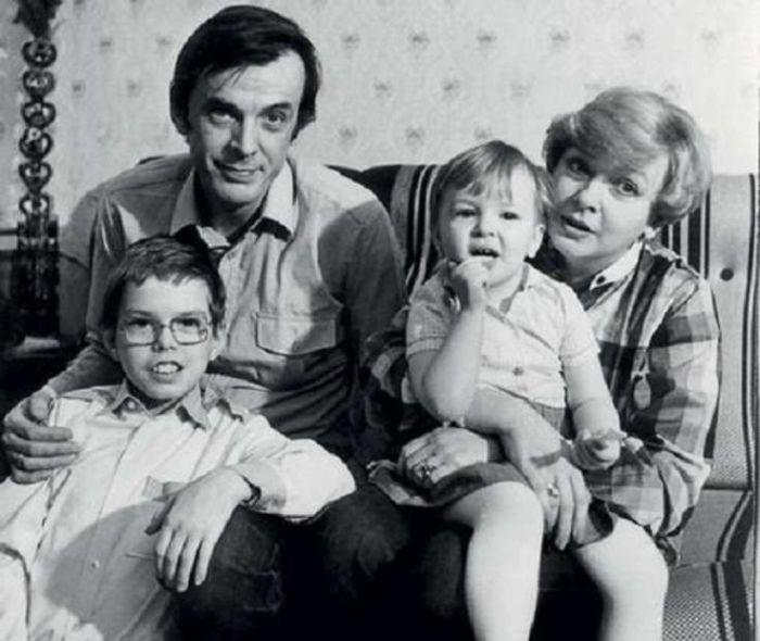 Георгий Тараторкин и Екатерина Маркова с детьми. / Фото:  www.rediskin.net