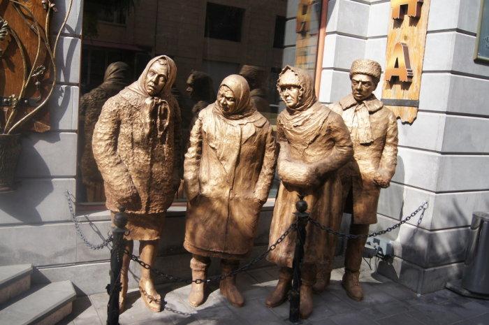 Скульптурная композиция в Ереване у кафе «Джентльмены удачи». / Фото: www.fotokto.ru
