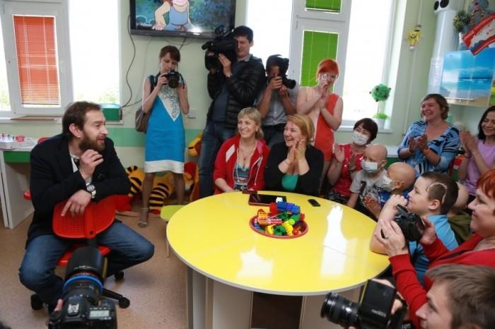 Константин Хабенский общается с маленькими пациентами и их родителями. / Фото: www.mycdn.me