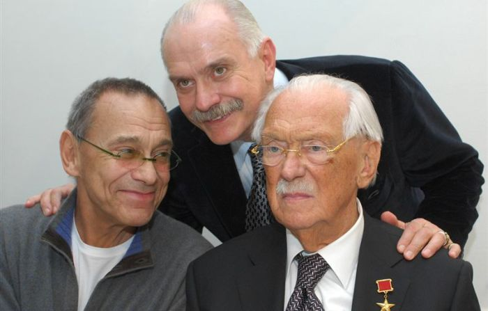 Сергей Михалков с сыновьями Андреем и Никитой. / Фото: www.bioraf.ru