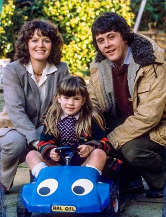 Кейт Бекинсейл в детстве с родителями.  / Фото: www.yandex.net