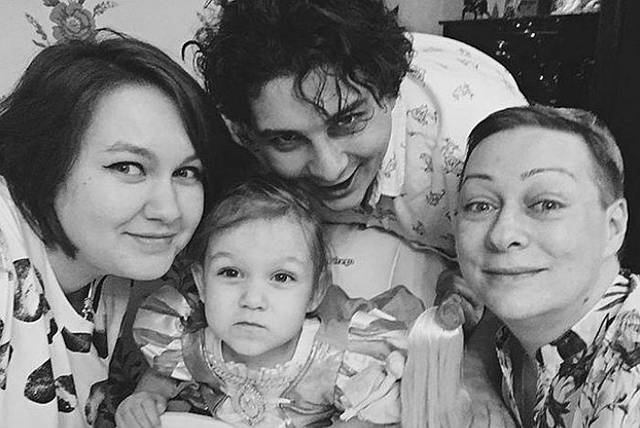 Мария Аронова с сыном, его женой и внучкой. / Фото: www.instagram.com
