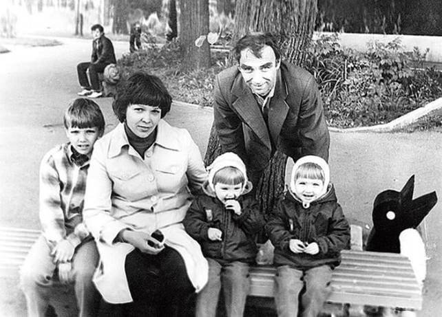 Сёстры Арнтгольц в детстве с родителями и братом.  / Фото: www.liveinternet.ru