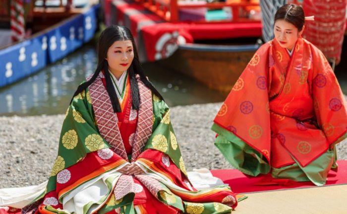 Женщины наряжаются в 12-слойные кимоно. / Фото: www.blogspot.com