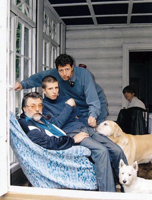 Знаменитые отец и сын не представляют себе жизни без собак. / Фото: www.zoomir.ru