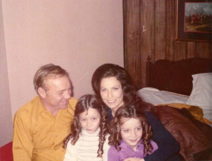 Лоретта Линн с мужем и дочерьми-близнецами Пэтси и Пегги Линн. / Фото: www.50plusworld.com