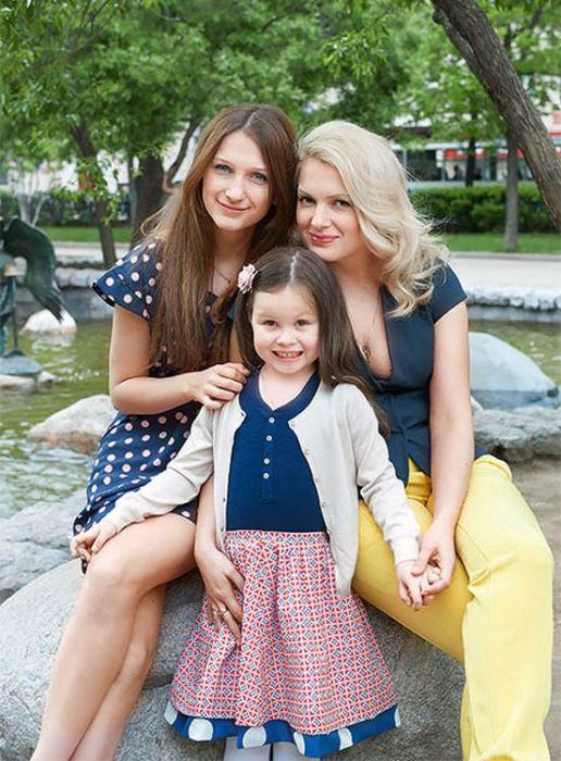 Мария Порошина со старшей и младшей дочками. / Фото: www.pristor.ru