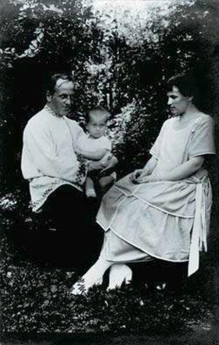 Вера Мухина и Алексей Замков с сыном. / Фото: www.romanbook.ru