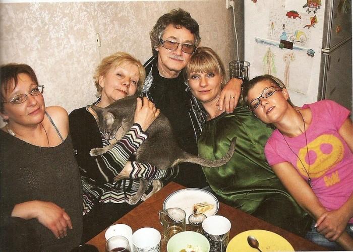 Игорь Старыгин с Мирой Ардовой и дочерьми. / Фото: www.woman.ru