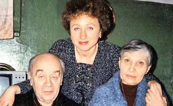 Леонид Броневой с женой и дочерью. / Фото: www.prykoly.ru