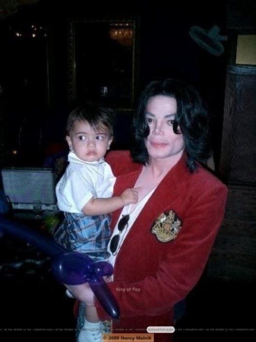 Майкл Джексон с сыном. / Фото: www.fanpop.com