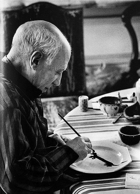 Пикассо рисует портрет Лумпа на тарелке. / Фото: www.picasso-pablo.ru