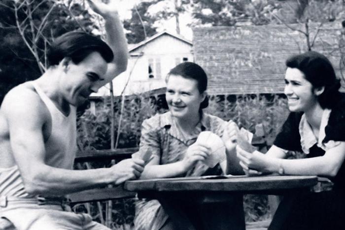 Михаил Глузский с женой и её подругой на даче.  / Фото: www.7days.ru