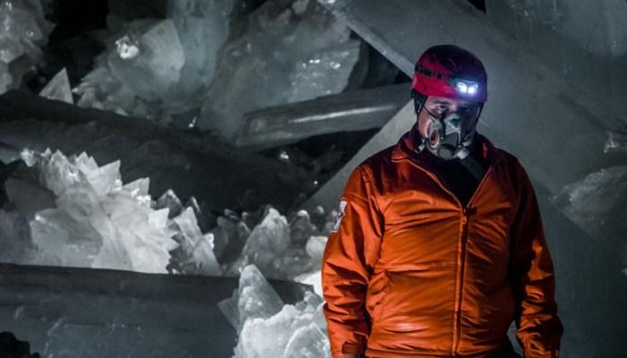 Находиться в пещере длительное время можно только в специальном костюме. / Фото: www.nat-geo.ru