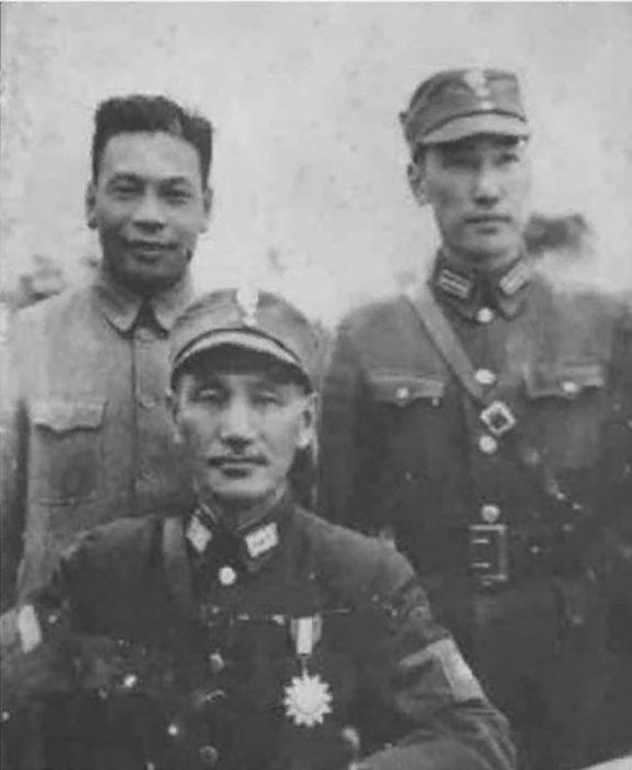 Цзян Чжунчжэн с сыновьями.  / Фото: www.yandex.ru