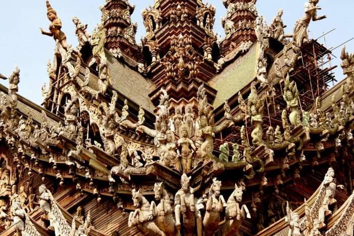 Весь храм покрыт сотнями резных фигур. / Фото: www.xramchudo.ru