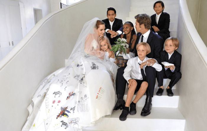 Анджелина Джоли и Брэд Питт с малышами. / Фото: www.1news.az