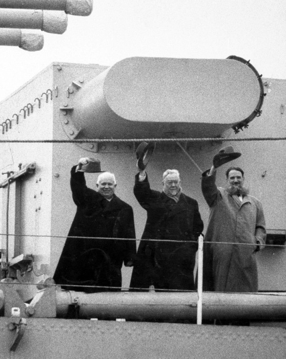 Н.С. Хрущев, Н.А. Булганин и И.В. Курчатов на крейсере «Орджоникидзе» на пути в Англию 1956 г. / Фото: www.tsushima.su