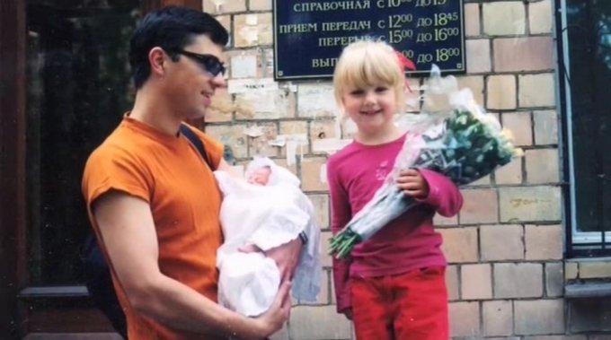 Сергей Бодров с новорожденным сыном Аледкандром и дочерью Ольгой. / Фото: www.fishki.net