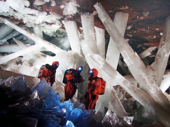 Исследователи в пещере. / Фото: www.loveopium.ru