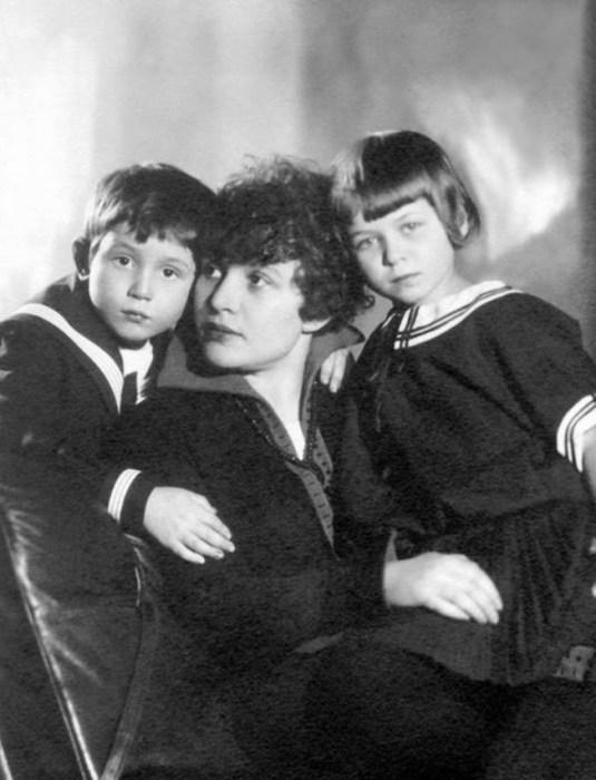 Зинаида Райх с детьми, Таней и Костей. / Фото: www.iknigi.net