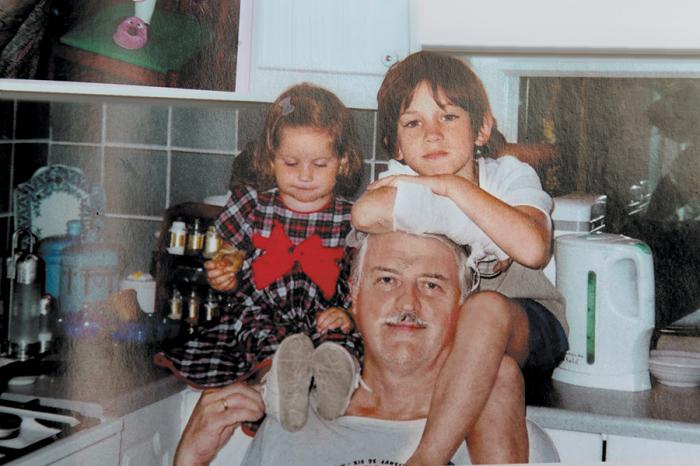 Внуки на шее у деда: Александр Орлов с Дашей и Сашей. / Фото: www.tele.ru