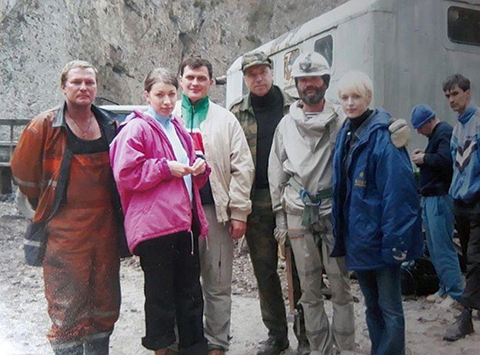 Во время поисков съемочной группы Сергея Бодрова в Кармадонском ущелье. / Фото: Из личного архива Светланы Бодровой