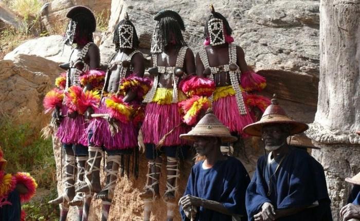 Ритуальные танцы догонов в деревне Тирелли. / Фото: www.secator.ru