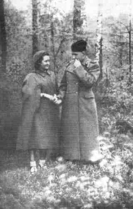Встреча супругов на фронте. 1943 г. / Фото: www.belousenko.com
