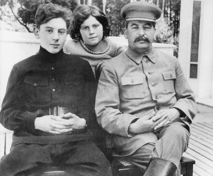 Иосиф Сталин с дочерью и сыном. / Фото: www.1tv.ru