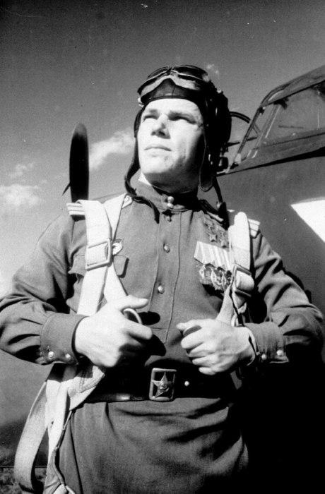 Лётчик-истребитель асс Иван Никитович Кожедуб на фоне своего истребителя. / Фото: www.krasvozduh.ru