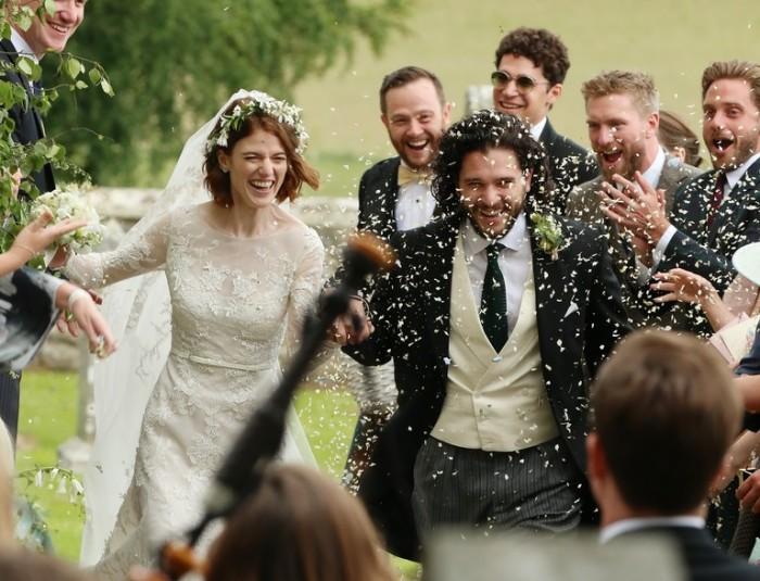 По традиции жениха и невесту посыпали конфетти. / Фото: www.loveradio.ru