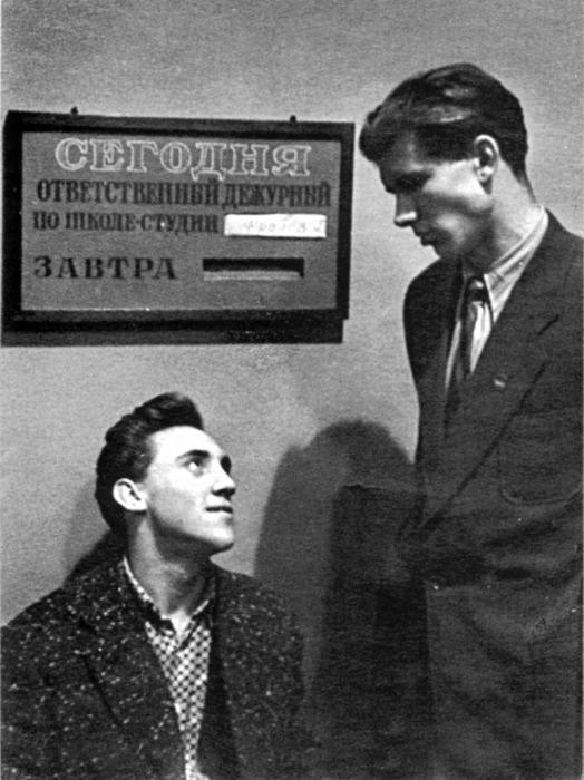 Владимир Высоцкий и Геннадий Фролов в школе-студии МХАТ. / Фото: www.newsland.com